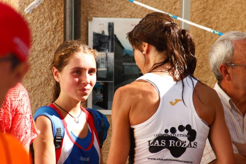 Nadia Pardo intercambia opiniones con una compañera de la carrera.