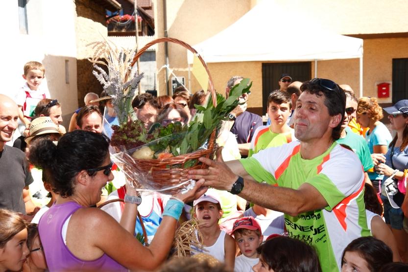 Entrega de una cesta de productos de las huertas de Sengüé y Sorripas por parte del presidente de la asociación Toño Pardo